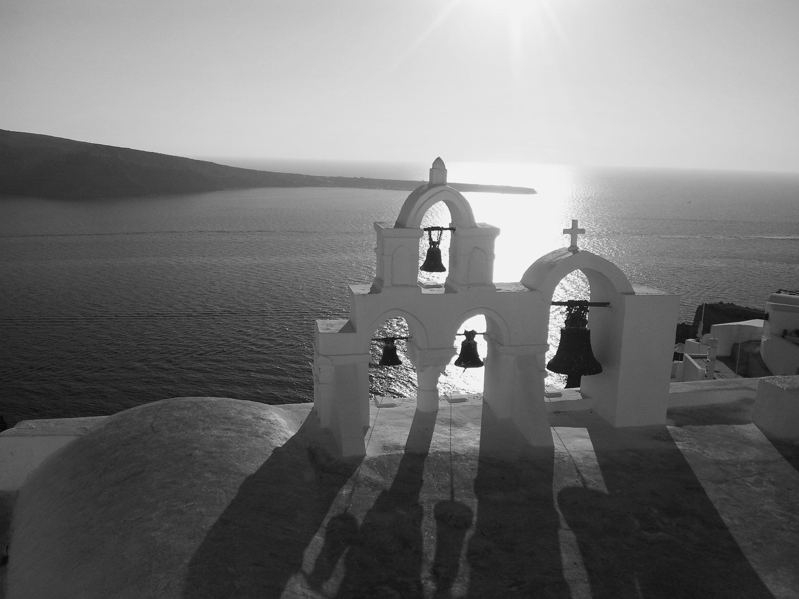 Irailaren 11n aterata dago Santoriniko Oia herrian, eliza txiki bateko kanpandorrea ikusten da bertan ilunabarrenean. EGILEA: Maitane Mendizabal (Bergara)