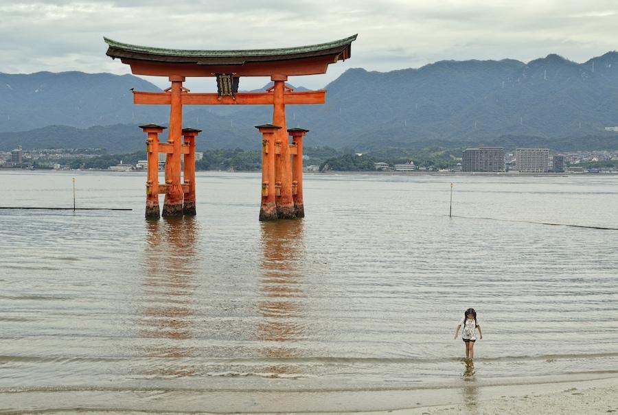 Miyajima irlan, Hiroshimatik gertu. Argazkixan ataratzen dan ate haundi hori 'torii' bat da. EGILEA: Gaizka Unzueta (Arrasate)
