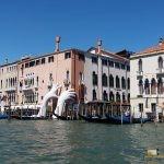 20 - Venezian bi eskuak etxeari eusten