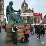 203 - Goiena irakurtzen Edinburgon, Hume-ren estatuaren ondoan