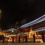 112 - Autobusaren eta argien arrastoak Big Benaren aurrean