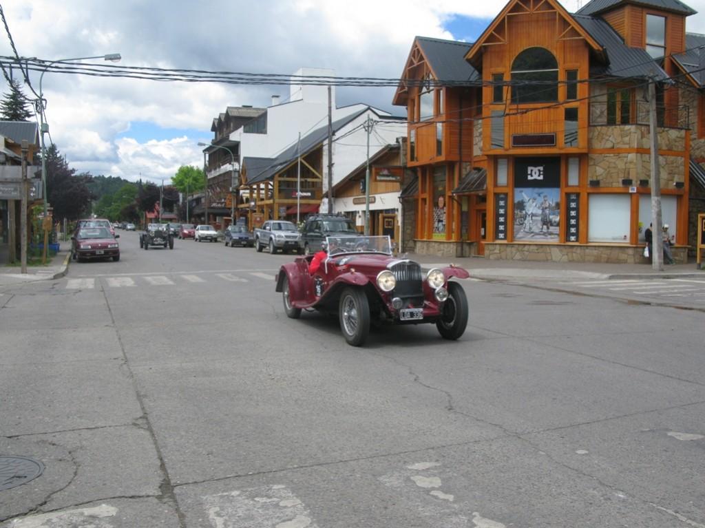 San Martin de los Andesen mila miletako lasterketan parte hartzen ari diren bi auto.
